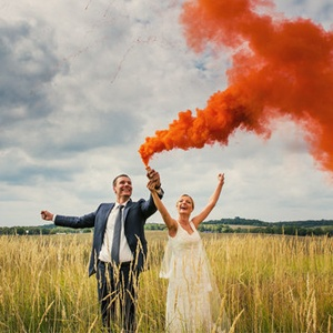 Fumée colorée rouge pour photo de mariage. Photo de True Love Photography.